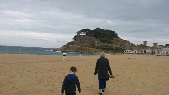 Tossa Beach Hotel: beach and castle