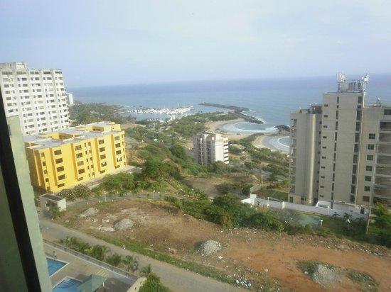 Hotel Miramar Suites: Hermosa vista de la costa afeada por los escombros y basurales