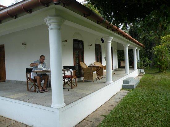 Purity at Lake Vembanad: Een hoeksuite met privé ontbijtterras en frontaal zicht op Lake Vembanad