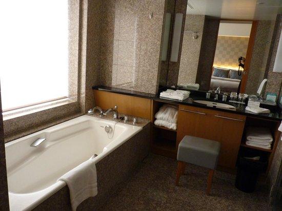 โรงแรมเซรูลีน ทาวเวอร์ โตเกียว: Spacious bathroom