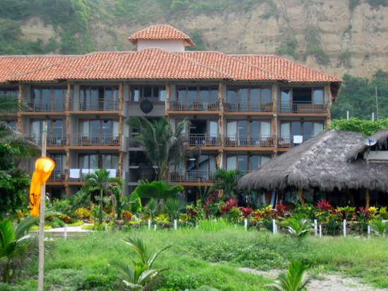 Canoa Beach Hotel: The front of the hotel