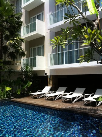Grand Ixora Kuta Resort: piscine transat