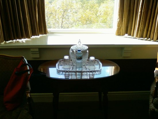 St. James Hotel: crystal water decanter
