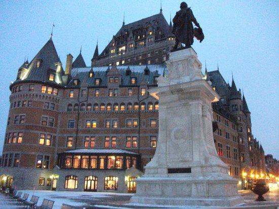 Visite Sous La Terrasse Dufferin : La statue Samuel de Champlain et le Ch u00e2teau Frontenac