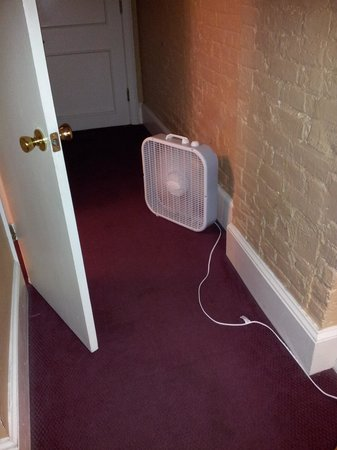 Chateau Dupre Hotel: Their solution to no air conditioning!
