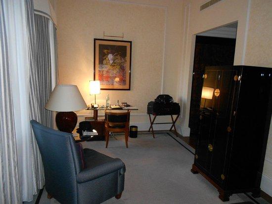 Hotel Taschenbergpalais Kempinski: room sitting area