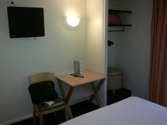 New Hotel Saint Lazare : bureau et TV