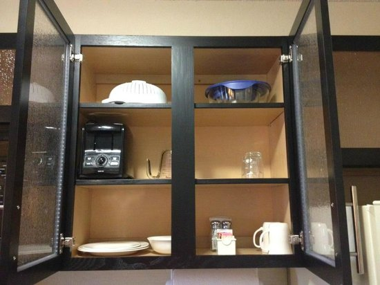 Candlewood Suites Indianapolis: Cupboard w/ various kitchenware