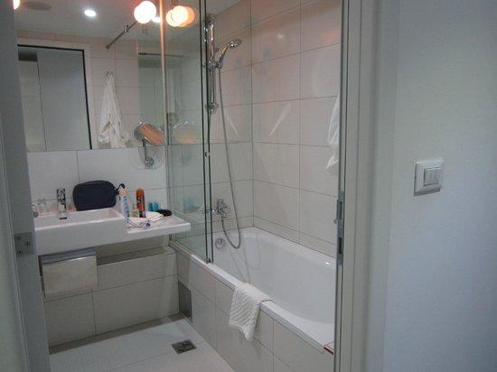 Hotel Luxe: Bathroom