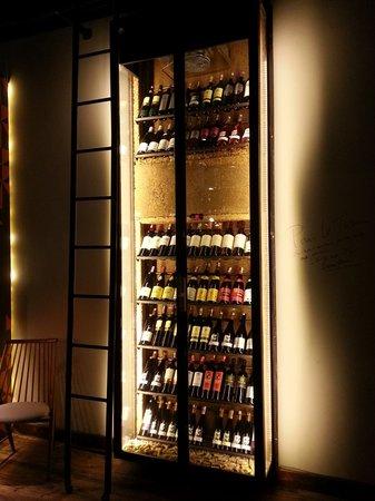 un mur de bouteilles d 39 alcool qui vous fait voyager travers tous les spiritueux du monde atte. Black Bedroom Furniture Sets. Home Design Ideas