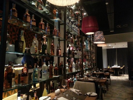 Le Tribeca: Un mur de bouteilles d'alcool qui vous fait voyager à travers tous les spiritueux du monde. Atte