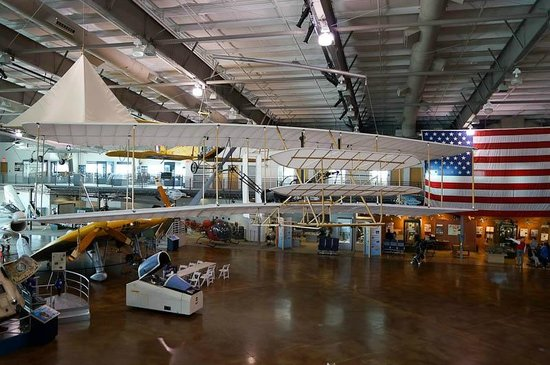 Frontiers of Flight Museum: The main hanger - notice that there are not very many exhibits.