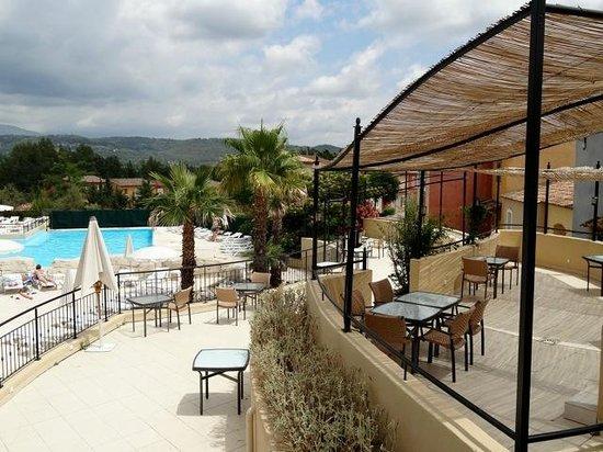 Lagrange Prestige Domaine de Fayence: piscine vue du restaurant