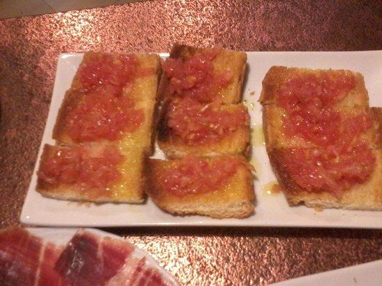 La Taberna de Pepe Moles: pan tostado con aceite de oliva y tomate rallado