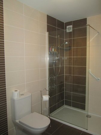 The Claymore Guest House: Bathroom at the Claymore Hotel, Pitlochry