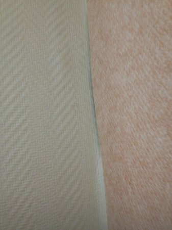 ClubHotel Belle Aurore: wall paper comming off wall