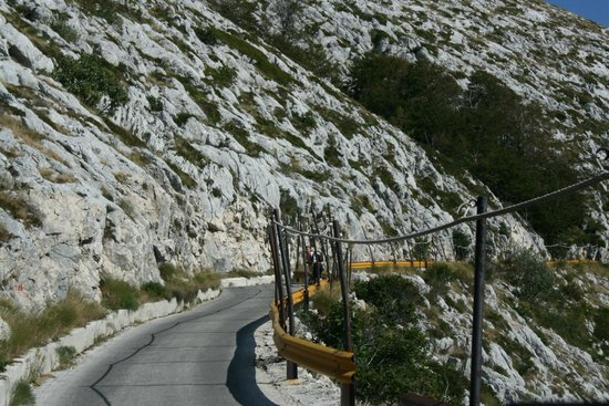 Makarska, Kroatië: On the most dangerous places were road railings