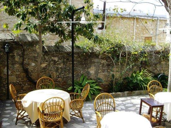 Innenhof Set Restaurant Jakaranda (früher: Italian)