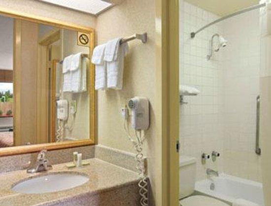 Super 8 Macon West: Bathroom
