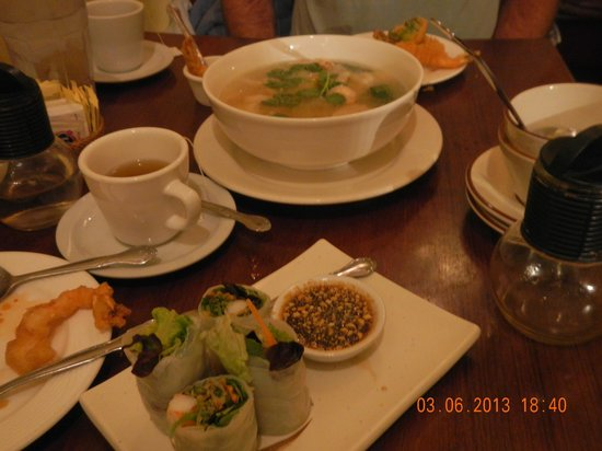 Charn Thai Restaurant: spring roll and soup