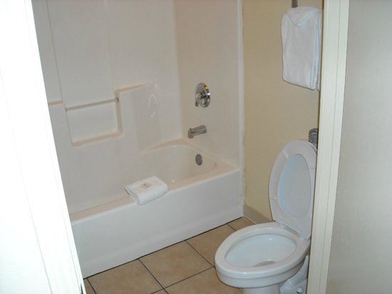 Island Hotel Port Aransas: roomy tub / toilet room