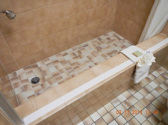 Super 8 Costa Mesa/Newport Beach Area: tile bathroom