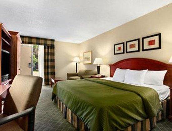 Grand Forks Inn & Suites: Standard One King Bed Room