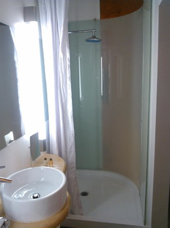 NYLO Irving / Las Colinas: Suite: Bathroom (note above shower, vents into room)