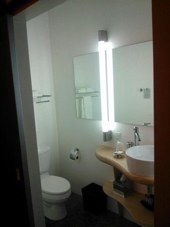 NYLO Dallas Las Colinas: Suite: Bathroom