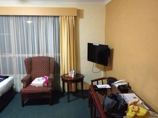 Comfort Inn Fairways : tv and desk