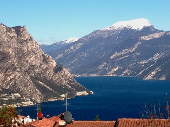 Lombardie, Italie : Capo Reamol, just there where the mountain touches the lake garda.
