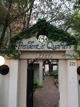 Presidents' Quarters Inn: Entrance off courtyard