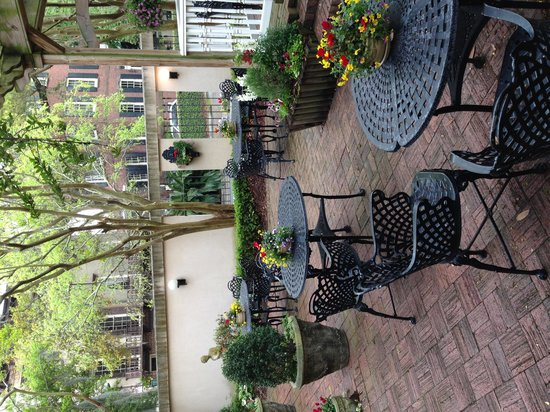 Presidents' Quarters Inn: Courtyard