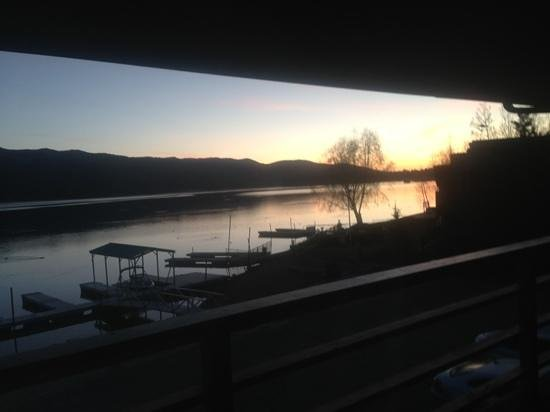 Big Bear Lake Front Lodge: sunrise from our room