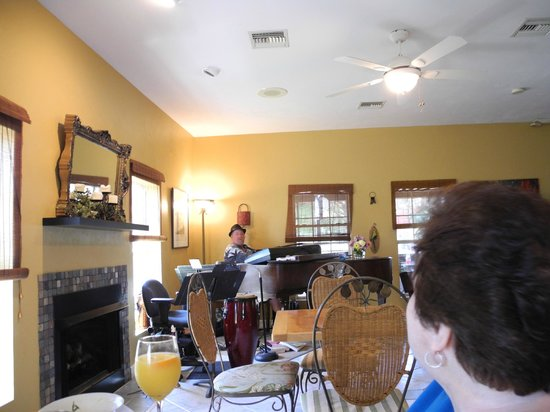 Sweet Magnolia Inn Bed and Breakfast : One half of the jazz band is innkeeper Andy