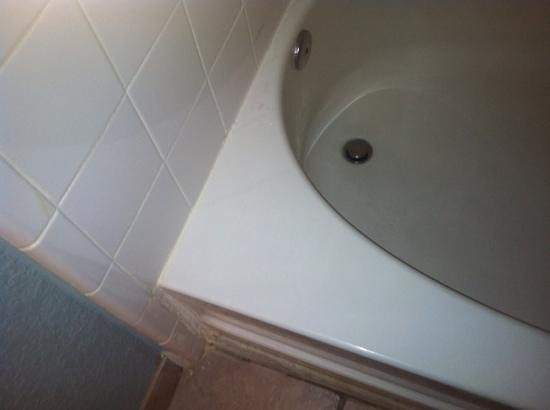 Knights Inn & Suites Near University of Richmond: dirty tub