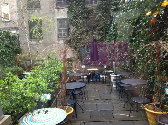 Chelsea Pines Inn: Lovely garden in the rain