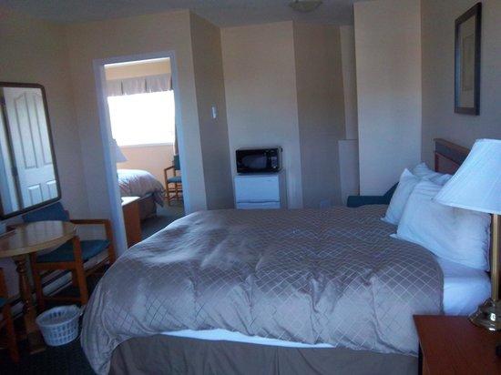 Diplomat Motel: deluxe queen with 2 queen beds room #110