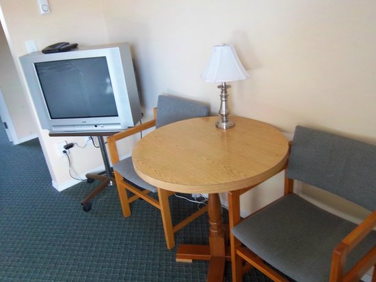 Diplomat Motel : settig area in deluxe queen (kitchen)