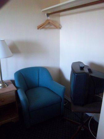 Diplomat Motel: reading area in bedrooms of family suit