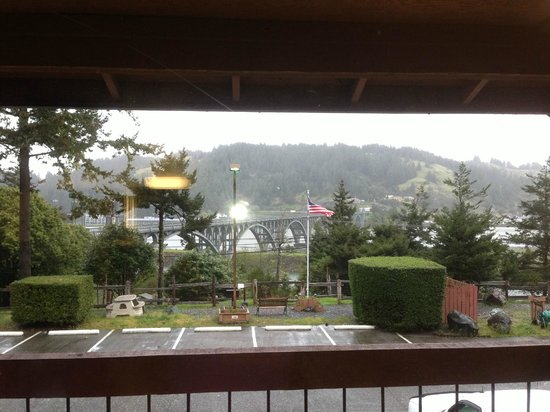 Motel 6 Gold Beach: Nice view of the bridge