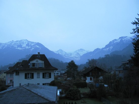 Sunny Days Bed & Breakfast : 早朝の部屋からの眺望です。ユングフラウが見えてます。