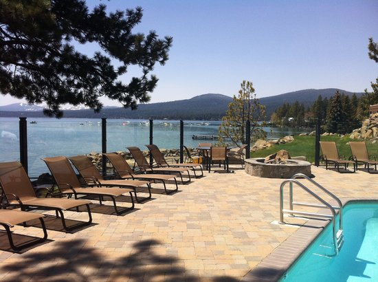 Red Wolf Lakeside Lodge : Our amazing pool area, chaise loungers make it easy to relax.