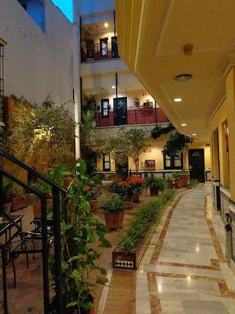 Hotel Cervantes: Indoor Patio