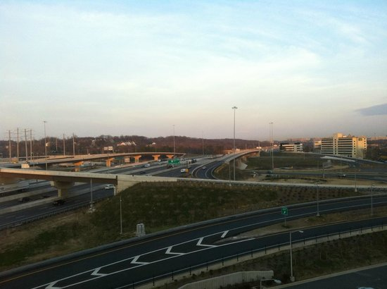 Holiday Inn Alexandria at Carlyle: View of Beltway from room