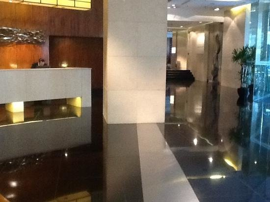 AG New World Manila Bay Hotel: only lobby i know without seating for guests awaiting pick up, left standing in a useless lobby.