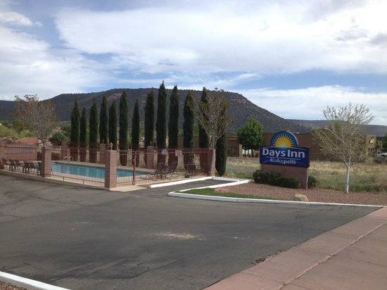 Days Inn Kokopelli Sedona: Pool view from the road