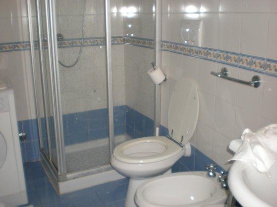 Hotel Aurora: Bathroom