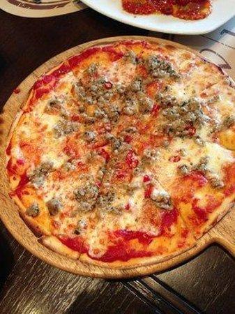 Wine Connection Deli & Bistro - K Village Sukhumvit 26: mince pork chili pizza