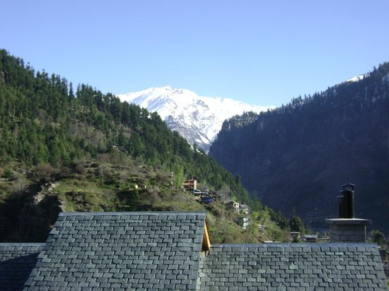 Hotel Snowcrests Manor: View from room....hindrance from an adjacent buildings